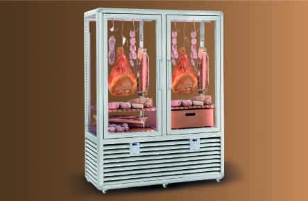 Húsérlelés speciális húsérlelő hűtővitrinben